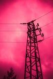 Foto die één oude krachtige elektriciteitstoren afschilderen met hoog voltage Stock Fotografie