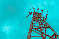 Foto die één oude krachtige elektriciteitstoren afschilderen met hoog voltage Royalty-vrije Stock Foto