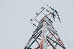 Foto die één oude krachtige elektriciteitstoren afschilderen met hoog voltage Royalty-vrije Stock Afbeelding