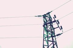 Foto die één oude krachtige elektriciteitstoren afschilderen met hoog voltage Stock Afbeeldingen