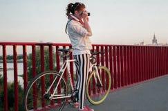 Foto die op fiets onderzoeken Stock Fotografie