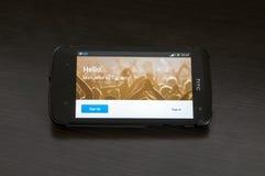 Foto die van een HTC-Wensapparaat, de Twitter.com-homepage tonen stock fotografie