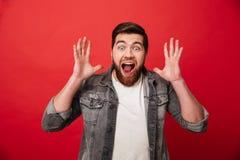 Foto die van gelukkige extatische kereljaren '30 baard in Sc van het jeansjasje draagt Royalty-vrije Stock Foto's