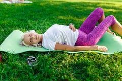 Foto die van vrouwelijke atleet hoofdtelefoons dragen Stock Fotografie