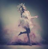 Foto dinâmica de uma beleza loura impressionante fotografia de stock royalty free