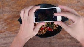 Foto do alimento de peixes fritados com nardo e de pimentão em Tailândia para meios sociais Prato tailandês autêntico tradicional filme