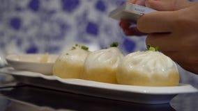 Foto do alimento Tomando imagens de bolinhas de massa chinesas no telefone celular video estoque