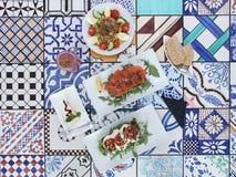 Foto do almoço do brunch/: salada, pão e batido foto de stock
