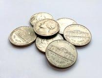 Foto do americano cinco moedas EUA do centavo no fundo branco fotos de stock royalty free