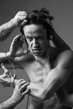 Foto do apego - homem do conceito nos fones de ouvido e nas algemas fotos de stock