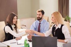 Foto do aperto de mão fêmea durante o acordo do trabalho Foto de Stock