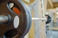 Foto do barbell no quarto do treinamento Imagens de Stock