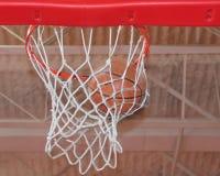 Foto do basquetebol que swishing através de uma aro fotografia de stock royalty free