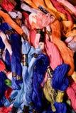 A foto do bordado do grupo rosqueia o floss Foco seletivo A imagem pode ser usada como o fundo Fios de algodão coloridos Foto de Stock Royalty Free