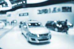 Foto do borrão da sala de exposições do carro com bokeh imagens de stock royalty free