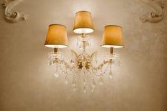 Foto do candelabro de cristal do vintage no restaurante lâmpada na parede Imagem de Stock