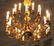 Foto do candelabro elegante em um interior do luxo foto de stock