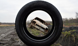 Foto do carro para fora queimado roubado que olha através do pneu Imagem de Stock Royalty Free