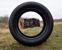 Foto do carro para fora queimado roubado que olha através do pneu Foto de Stock