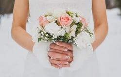 Foto do casamento do inverno ramalhete nupcial nas mãos da noiva Close-up Ramalhete de rosas cor-de-rosa imagens de stock royalty free