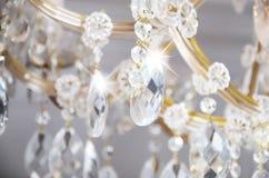 Foto do close-up do cenário no candelabro velho As figuras de vidro brilham e refletem a luz com suas caras fotos de stock royalty free