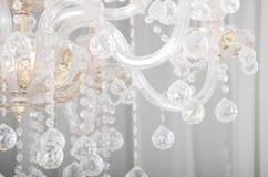 Foto do close-up do cenário no candelabro velho As figuras de vidro brilham e refletem a luz com suas caras fotos de stock