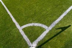 Foto do close up da marcação de canto no campo de futebol da grama Fotografia de Stock Royalty Free