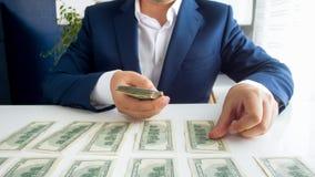 Foto do close up da mesa de escritório da coberta do homem de negócios com dinheiro foto de stock royalty free