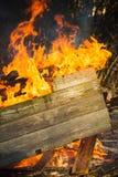 Foto do close-up de queimar caixas de madeira imagem de stock