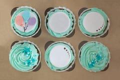Foto do close up de queques coloridos na caixa de papel imagem de stock