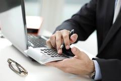Foto do close-up de um homem de negócios que analisa dados financeiros Imagem de Stock