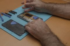 Foto do close-up do técnico Hand Repairing Cellphone foto de stock royalty free