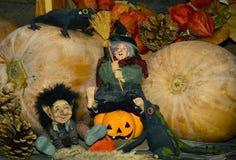Foto do conceito do feriado de Dia das Bruxas Abóboras bonitos e bruxa Imagens de Stock Royalty Free