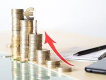Foto do conceito que mostra o aumento do valor do euro torre feita com moedas fotos de stock