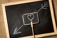 Foto do coração com a seta tirada pelo giz no quadro-negro Imagens de Stock Royalty Free