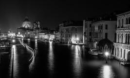 Foto do curso de Grand Canal na noite da ponte icónica de Rialto, um do marco principal em Veneza, Itália fotos de stock