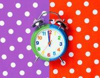 Foto do despertador fresco no fundo colorido maravilhoso imagens de stock royalty free