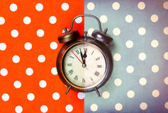 Foto do despertador fresco no fundo colorido maravilhoso foto de stock royalty free