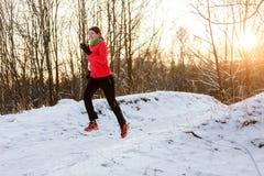A foto do desportista feliz na manhã corre no inverno imagem de stock royalty free
