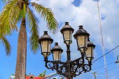 Foto do detalhe de lâmpadas e de palmeiras de rua na sagacidade das caraíbas fotos de stock