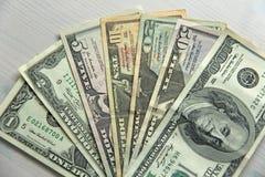 Foto do dinheiro Dólares de papel das denominações diferentes - 1, 2, 5, Imagens de Stock Royalty Free