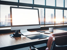 Foto do espaço de trabalho clássico com janelas panorâmicos Foto de Stock Royalty Free