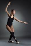 Foto do estúdio da bailarina nova bonita foto de stock royalty free