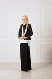 Foto do estúdio de um tipo oriental da jovem mulher de roupa que combina o estilo moderno e muçulmano, e uma mantilha bonita Imagens de Stock