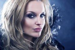 Foto do estilo da moda de uma mulher gótico Imagens de Stock