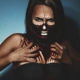 Foto do estilo de Dia das Bruxas da mulher com fac e arte corporal Imagem de Stock Royalty Free