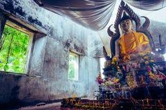 A foto do estilo do vintage, estátua tailandesa antiga pública da Buda de A saiu na floresta por cem anos Fotos de Stock