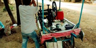 Foto do estoque do sistema operacional da mão do suco da cana-de-açúcar foto de stock royalty free