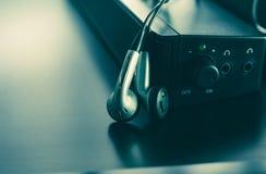 Foto do fone de ouvido e do orador para o fundo da música e o concep da música imagens de stock royalty free