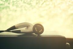 Foto do fone de ouvido e do orador para o fundo da música e o concep da música imagens de stock